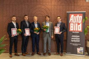 Kuvassa vaihtoautomyynnin voittaneen Vehon Jussi Rättyä, Nelipyörän Jari Anttila ja Thomas Ljunggren sekä Fordin Johan Lindberg ja Juuso Asp.